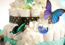 Photo d'un gâteau de couche décoré avec des papillons