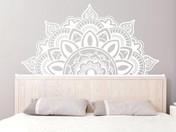 Tête de lit avec sticker mural