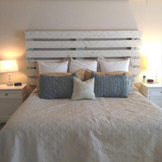 Tête de lit fait en palette de bois peinte