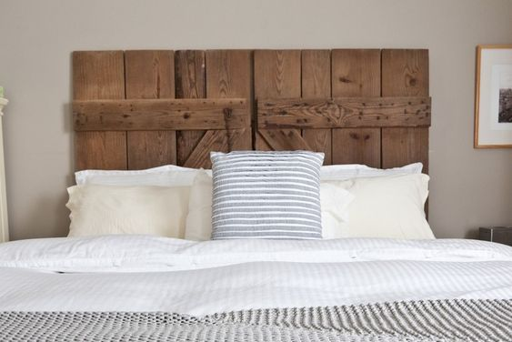 Tête de lit en portes en bois