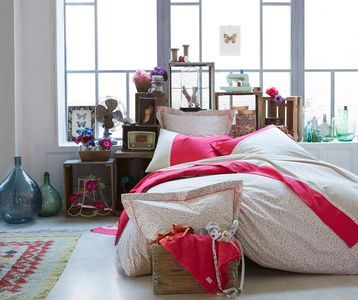 Tête de lit en casier en bois