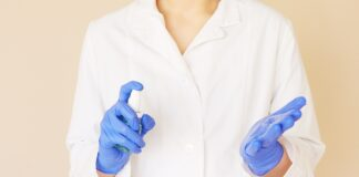 Femme alcool isopropylique et gants de protection