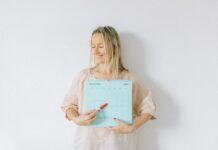 Femme enceinte tenant un calendrier