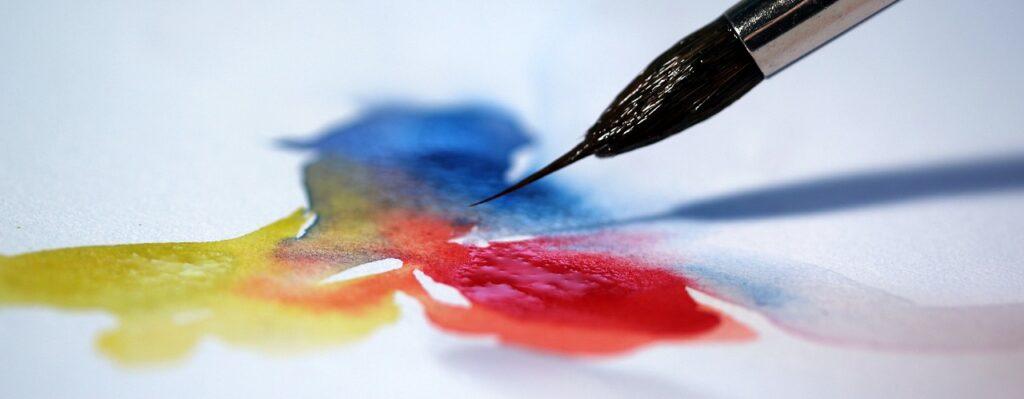 Pinceau mélange couleurs primaires